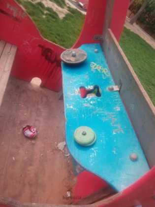 lamentable estado del parque infantil en herencia 8 315x420 - Campaña para que arreglen y reacondicionen el parque infantil