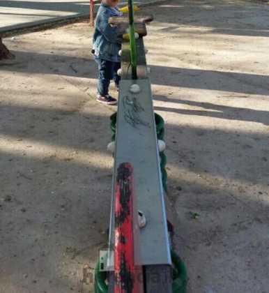 lamentable estado del parque infantil en herencia 9 386x420 - Campaña para que arreglen y reacondicionen el parque infantil