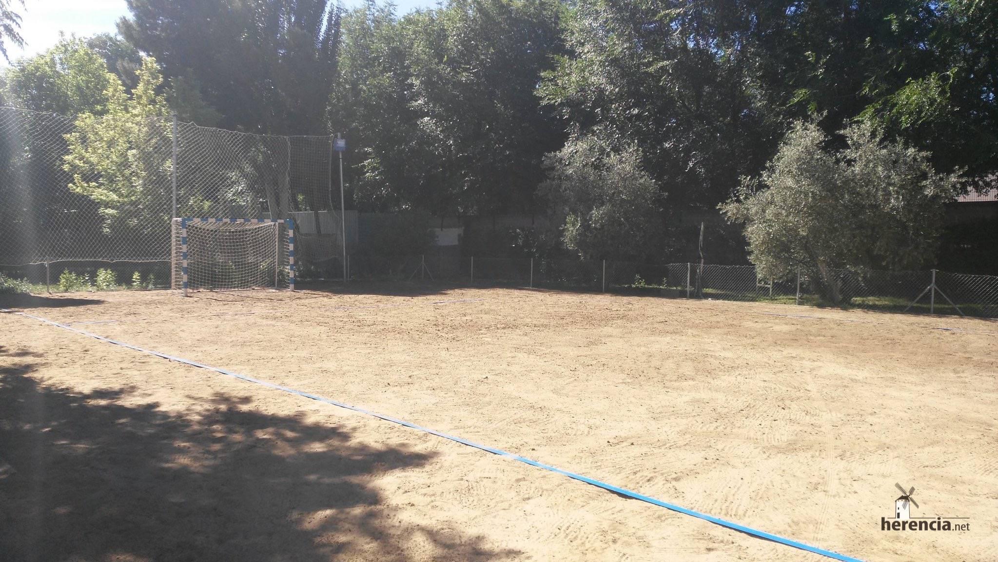 piscina municial preparada para 2016 en Herencia 1 - Piscina Municipal llena y pista de balonmano playa lista