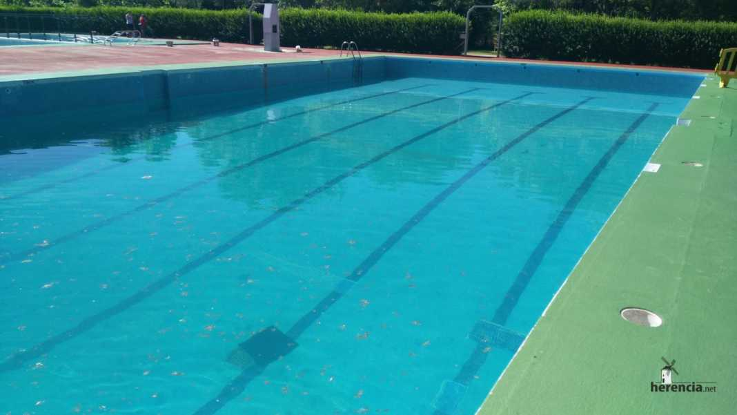 piscina municial preparada para 2016 en Herencia 2 1068x601 - Piscina Municipal llena y pista de balonmano playa lista