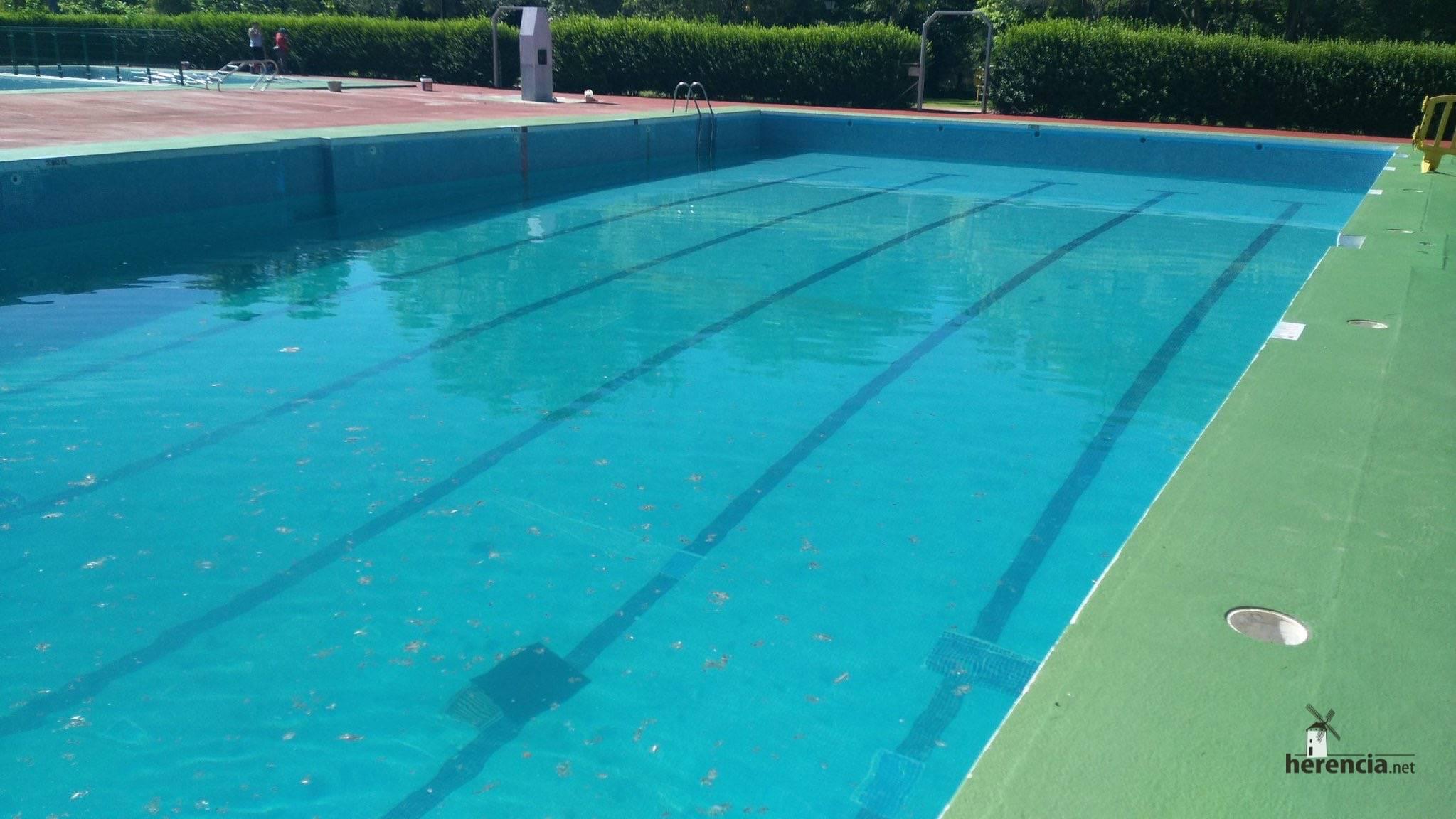 piscina municial preparada para 2016 en Herencia 2 - Piscina Municipal llena y pista de balonmano playa lista