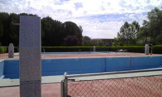 Trabajos de mantenimiento en la piscina municipal de Herencia
