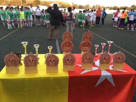 """trofeos del V torneo futbol 8 560x420 - V Torneo de fútbol 8 """"Virgen de la Soledad"""""""