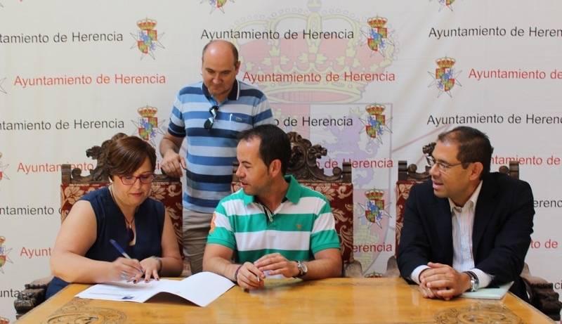 Carmen Olmedo junto al alcalde de Herencia durante la firma convenio de colaboración