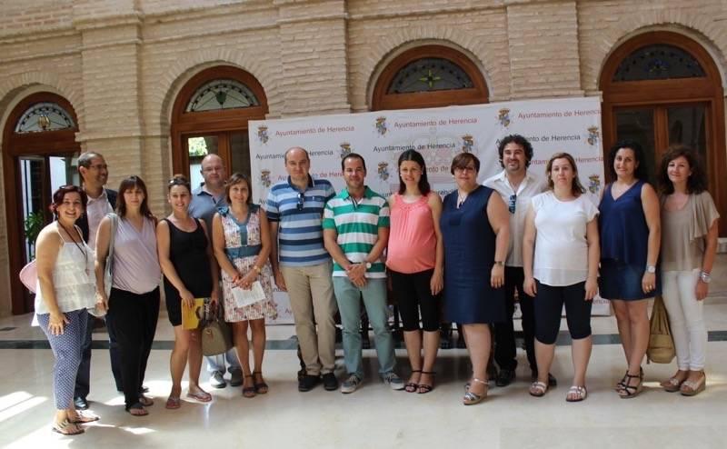 Carmen Olmedo firma convenio Herencia 3 - El Ayuntamiento cede un local para la realización de cursos dirigidos a embarazadas