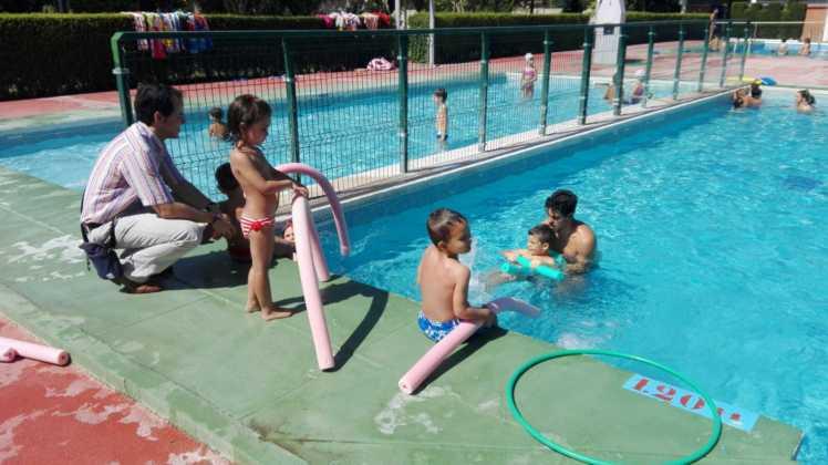 alcalde en cursos de natacion de herencia 748x420 - Gobierno local visita los cursos de natación y la escuela de verano