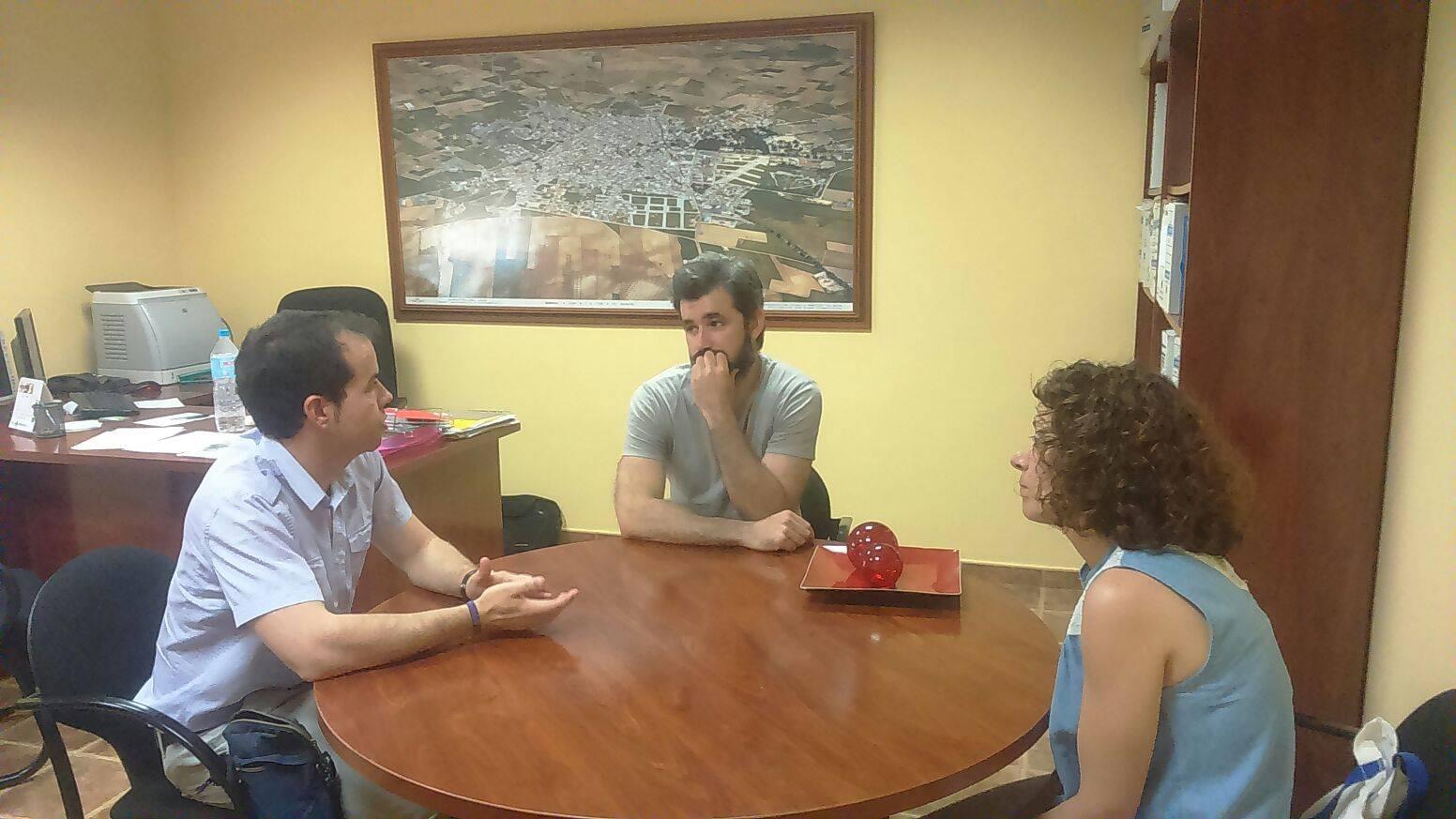 Alcalde Sergio García-Nava y Lola Fernández visitan a José Ángel de Quesos Gómez-Moreno