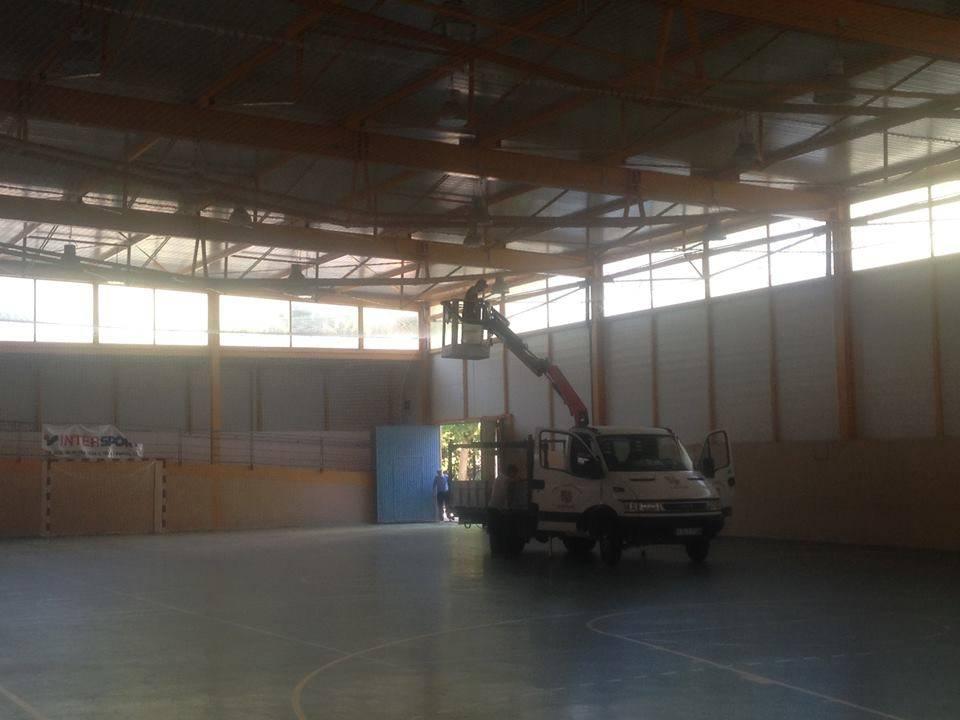 camion grua del ayuntamiento de herencia en polideportivo - El polideportivo municipal estrena iluminación LED