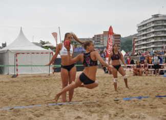 Imágenes del primer día de competición en el Campeonato de España de Balonmano Playa, que se celebra entre el 1 y el 3 de agosto en el municipio cántabro de Laredo.