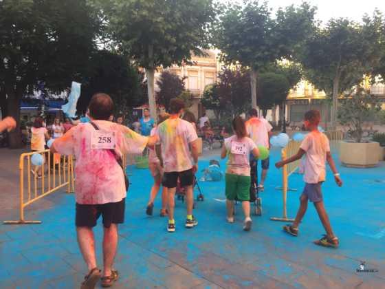 carrera herencia colours run con movil de 33 560x420 - La Marcha Herencia Colours mueve a más de 600 herencianos