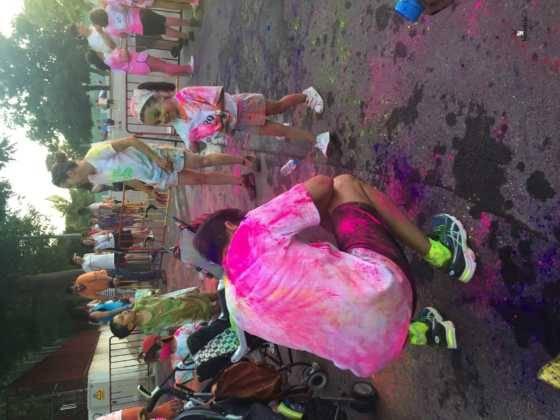 carrera herencia colours run con movil de 62 560x420 - La Marcha Herencia Colours mueve a más de 600 herencianos