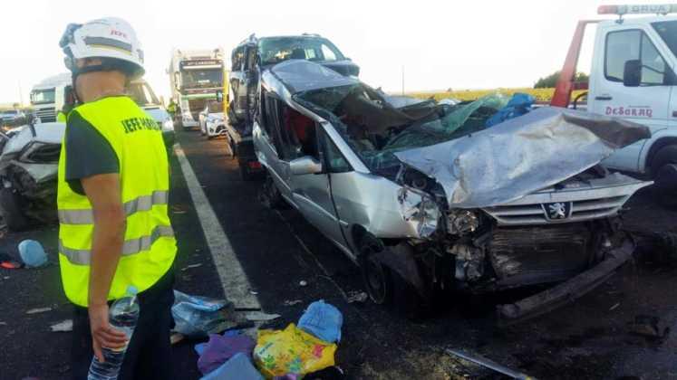 accidente en autovia a 4 en manzanares dia 18 agosto 2016 1 747x420 - Dos muertos y 39 heridos en un accidente múltiple en la A-4 a la altura de Manzanares