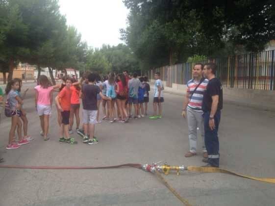 bomberos de alcazar con escuela de verano en herencia ciudad real 2 561x420 - Policía Local y Bomberos visitan la Escuela de Verano