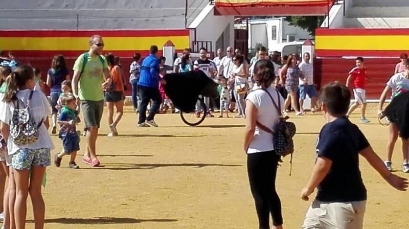 """Encierro infnatil en Herencia25 - Cientos de niños """"jugaron al toro"""" esta mañana en Herencia"""