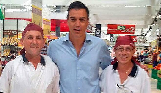 Pedro Sánchez y los dos panaderos con los que se hizo la foto. Vic: periódico El Mundo