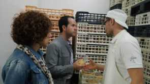 alcalde y concejal visitan quesos cofer 295x165 - El alcalde visita Quesera Herenciana Cofer
