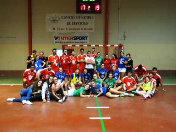 jugadores de balomano herencia 560x420 - Más de 450 deportistas en la presentación de la temporada de balonmano 2016-2017