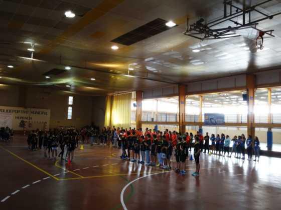 pabellon con deportistas balonmano herencia 560x420 - Más de 450 deportistas en la presentación de la temporada de balonmano 2016-2017