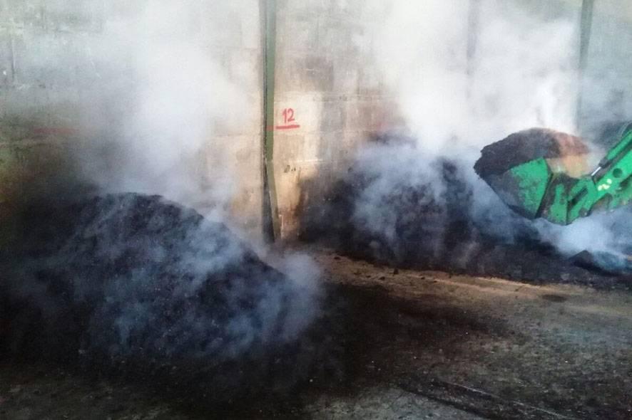 Desprendimiento de vapor de agua a consecuencia del proceso de compostaje. Foto del grupo Suelos Vitícolas de la UCLM.