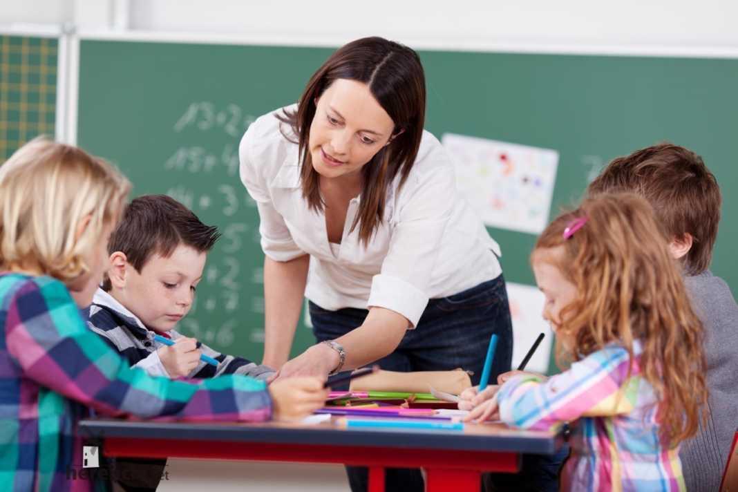 aula de infantil con profesora 1068x712 - Compromiso regional de reducir los ratios en todos los niveles educativos