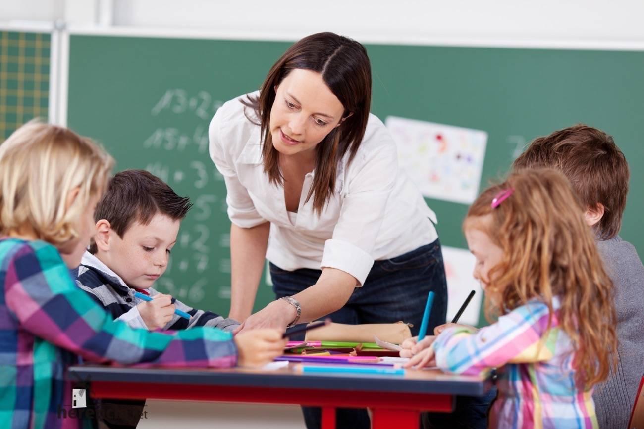 aula de infantil con profesora - Compromiso regional de reducir los ratios en todos los niveles educativos