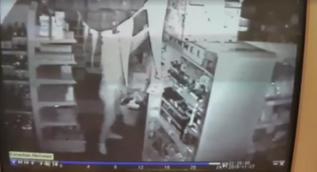 captura de video de camara de seguridad 1068x580 - Identificados ladrones que robaron en un establecimiento del centro de Herencia