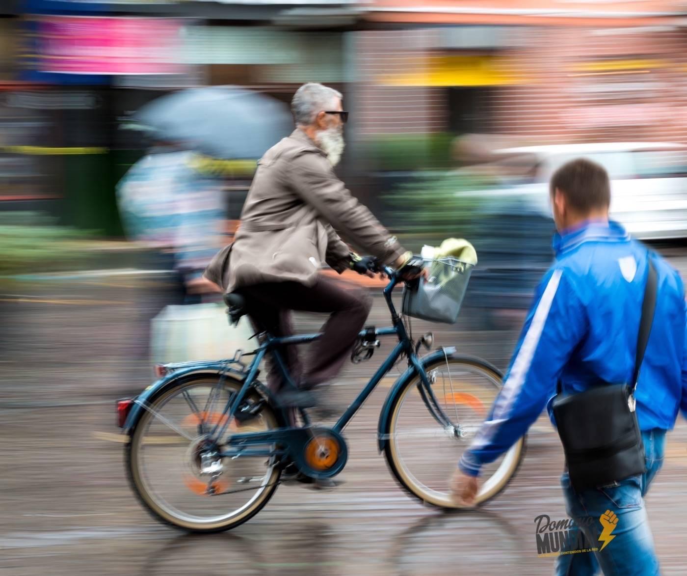 ciclistas-urbanos-y-peatones-en-la-ciudad