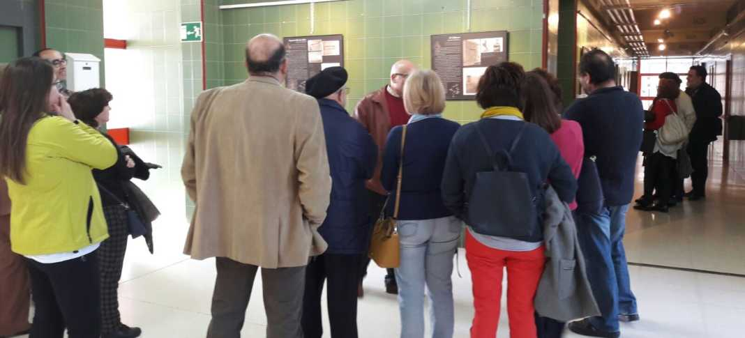 El taller de Historia Local observa a Don Quijote ante la cámara 5