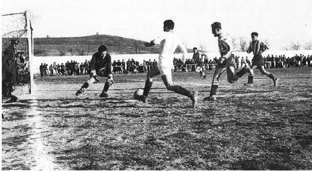 Imagen del partido disputado en Herencia en 1947 contra el Gimnástico de Alcázar. Al fondo los molinos de la sierra herenciana.