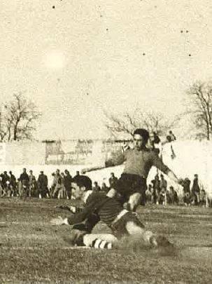 Eugenio Poveda en un lance durante un partido contra el Criptanense en 1947.