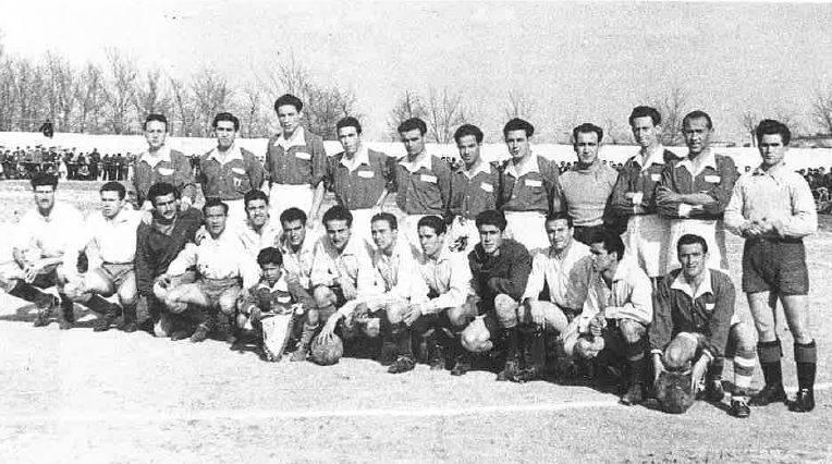 Temporada 1947-1948. El equipo del Herencia C:F. (de camiseta oscura) posa junto a los jugadores del Manchego. El equipo herenciano se proclama campeón de la Copa Gobernación.