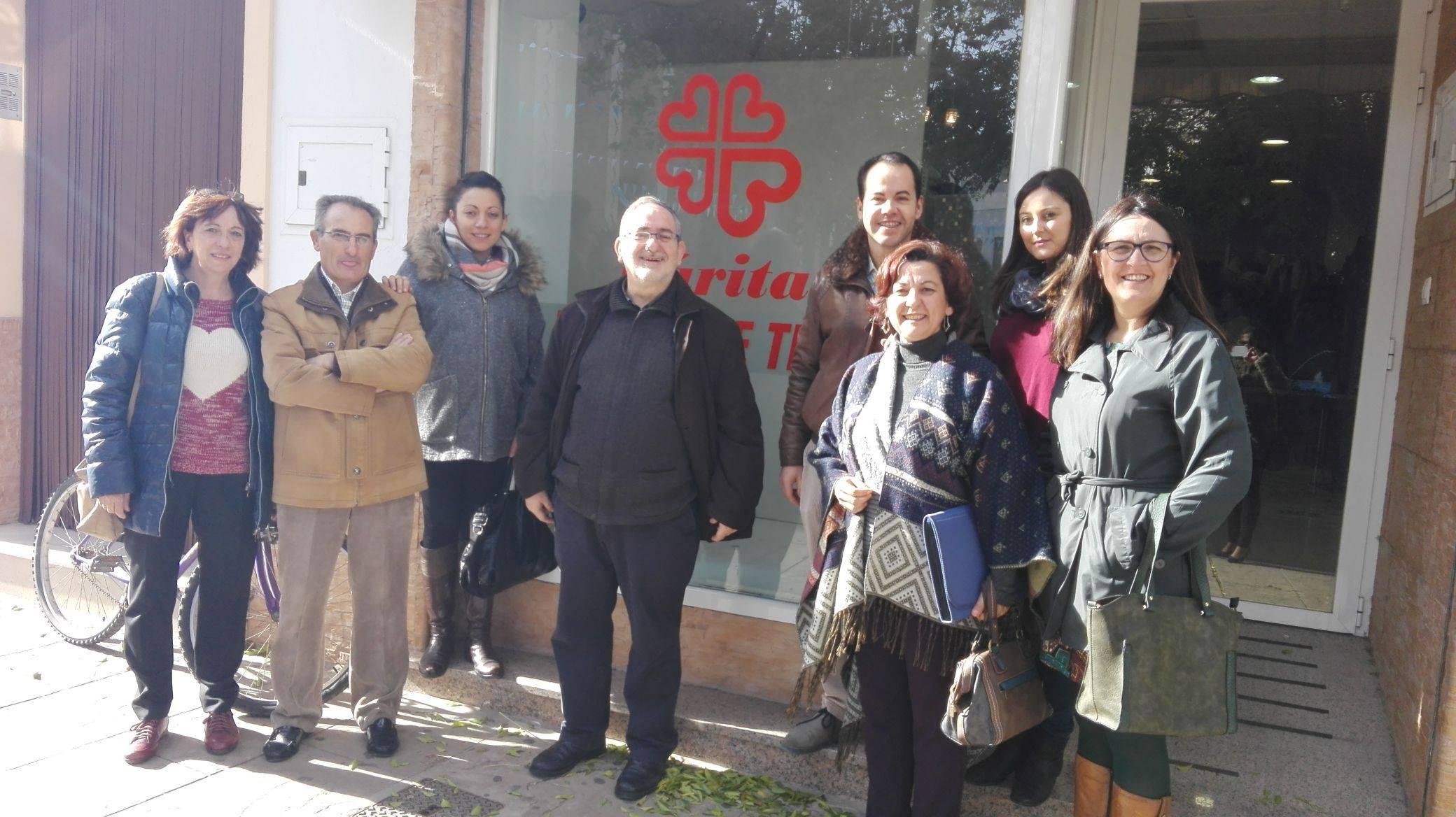visita al nuevo ropero de caritas herencia1 - Cáritas presenta su nuevo proyecto de ropero solidario
