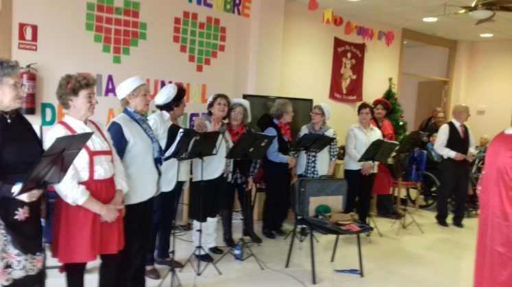 actuacion de los superpayasos en la residencia la merced de herencia01 747x420 - Visitas musicales en las residencias de Herencia por Navidad