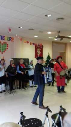 actuacion de los superpayasos en la residencia la merced de herencia02 236x420 - Visitas musicales en las residencias de Herencia por Navidad