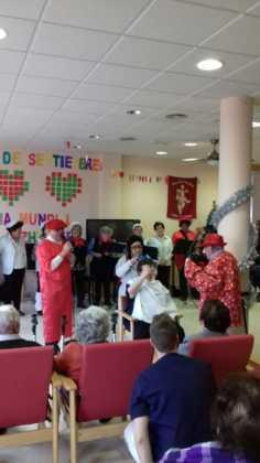 actuacion de los superpayasos en la residencia la merced de herencia04 236x420 - Visitas musicales en las residencias de Herencia por Navidad