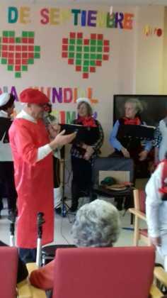 actuacion de los superpayasos en la residencia la merced de herencia05 236x420 - Visitas musicales en las residencias de Herencia por Navidad