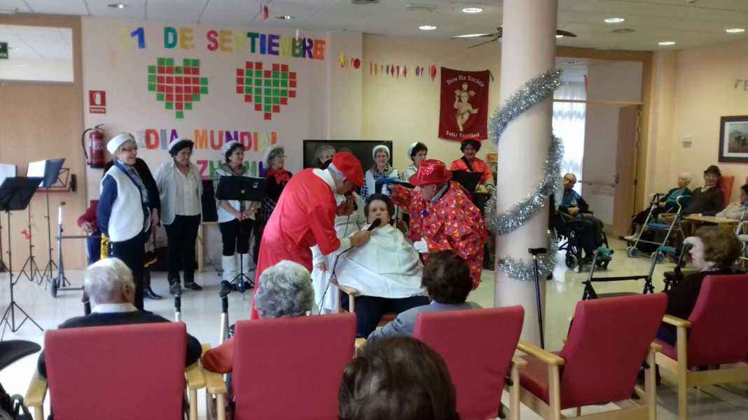 actuacion de los superpayasos en la residencia la merced de herencia06 1068x601 - Visitas musicales en las residencias de Herencia por Navidad