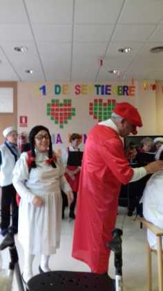 actuacion de los superpayasos en la residencia la merced de herencia08 236x420 - Visitas musicales en las residencias de Herencia por Navidad