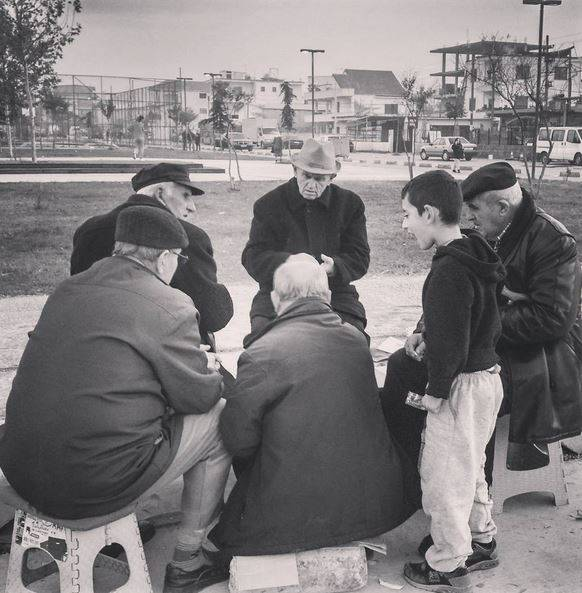 albaneses-jugando-a-las-cartas