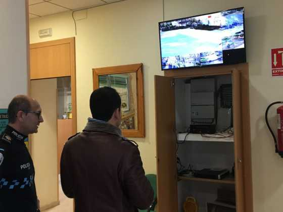 alcalde revisa camaras de seguridad en herencia 3 560x420 - El alcalde conoce el sistema de cámaras que vigilan Herencia