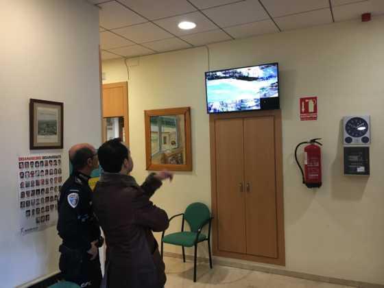 alcalde revisa camaras de seguridad en herencia 4 560x420 - El alcalde conoce el sistema de cámaras que vigilan Herencia