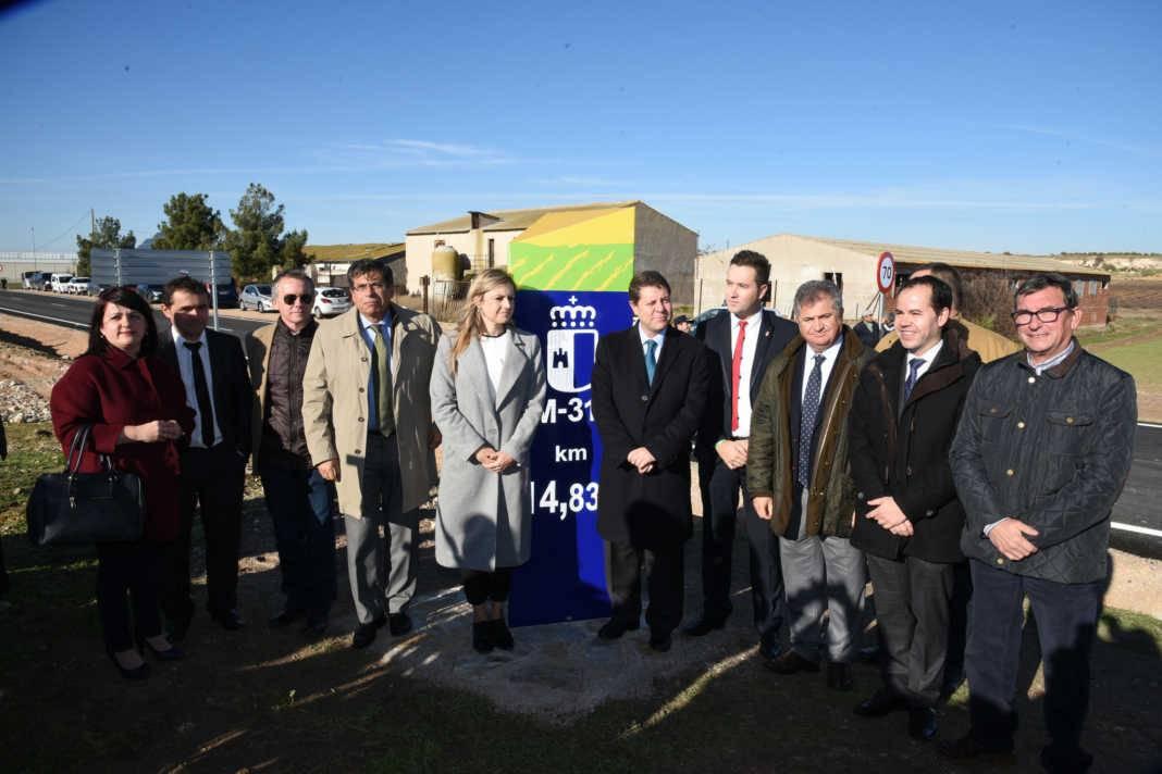 alcaldes y presidente castilla la mancha en inauguracion cm 3130 1068x712 - Gobierno regional ha actuado en más de 200 kilómetros de carreteras