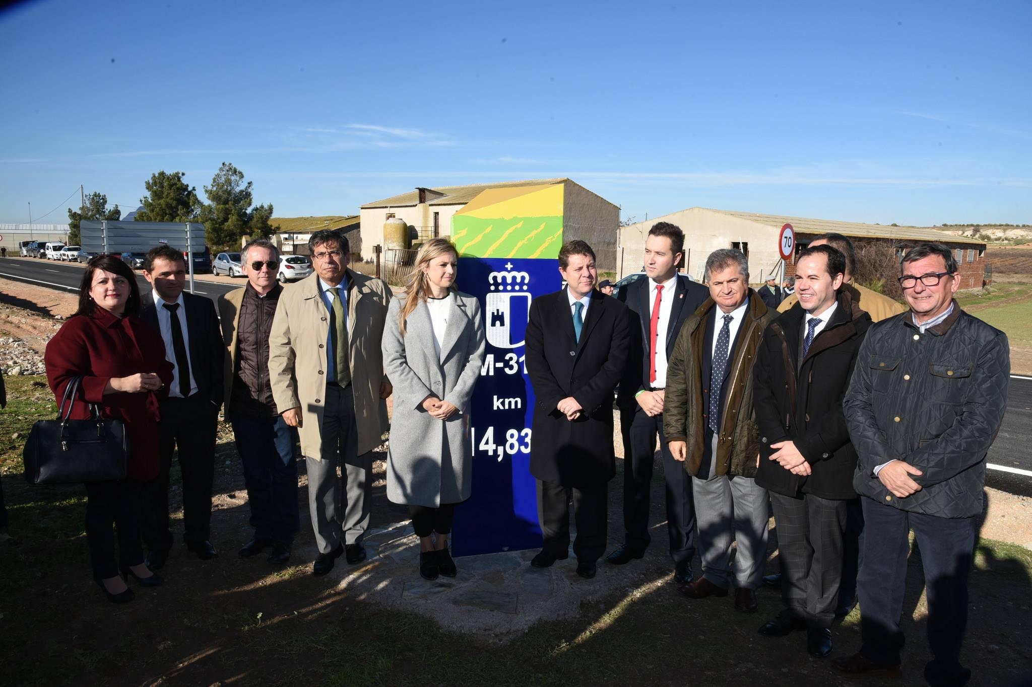 alcaldes y presidente castilla la mancha en inauguracion cm 3130 - Gobierno regional ha actuado en más de 200 kilómetros de carreteras