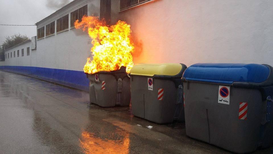 Contenedor ardiendo en Herencia. Foto de Archivo