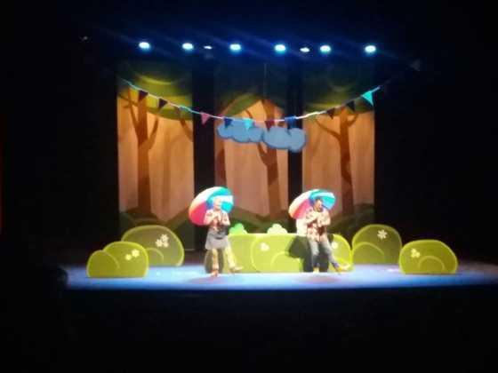 """teatro infantil los tres cerditos herencia 1 560x420 - Lleno en la obra de teatro familiar """"Los Tres Cerditos"""""""