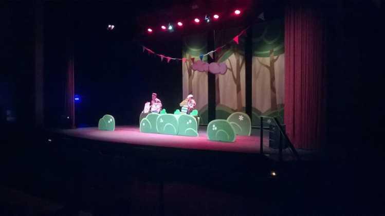 """teatro infantil los tres cerditos herencia 2 749x420 - Lleno en la obra de teatro familiar """"Los Tres Cerditos"""""""