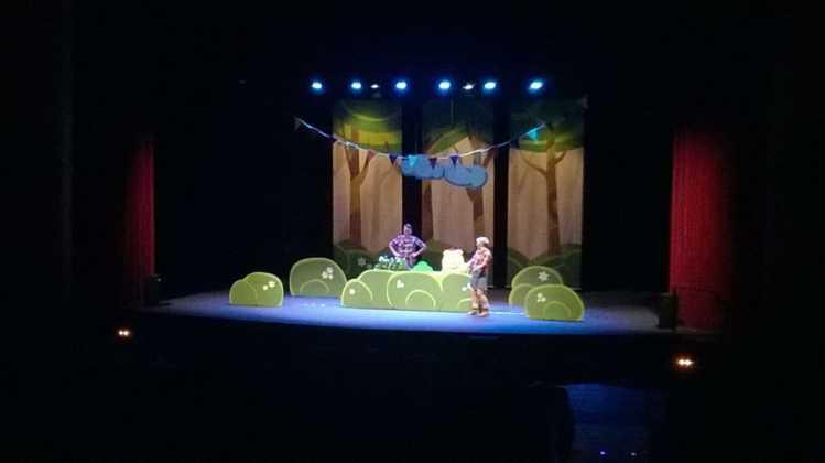 """teatro infantil los tres cerditos herencia 3 749x420 - Lleno en la obra de teatro familiar """"Los Tres Cerditos"""""""
