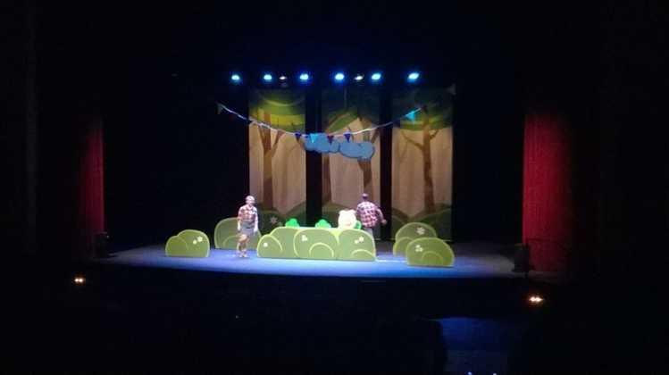 """teatro infantil los tres cerditos herencia 4 749x420 - Lleno en la obra de teatro familiar """"Los Tres Cerditos"""""""