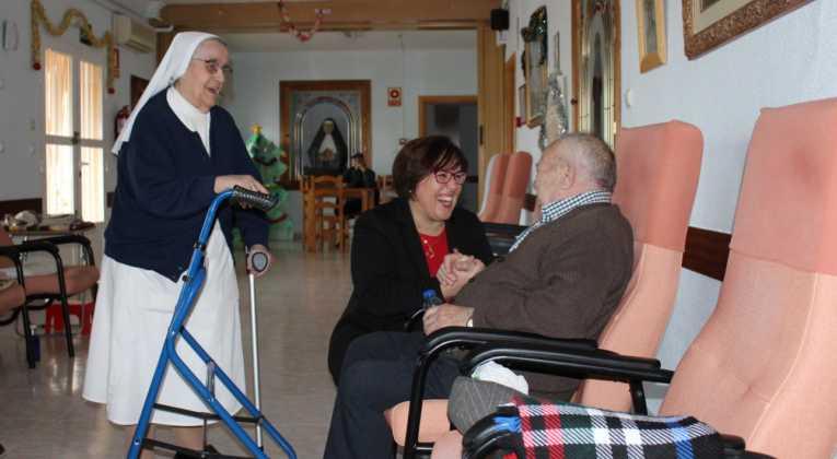 Carmen Olmedo Visita residencia mayores San Francisco Herencia 4 765x420 - La Delegada de la Junta visita Herencia y hace un balance del Área de Bienestar social