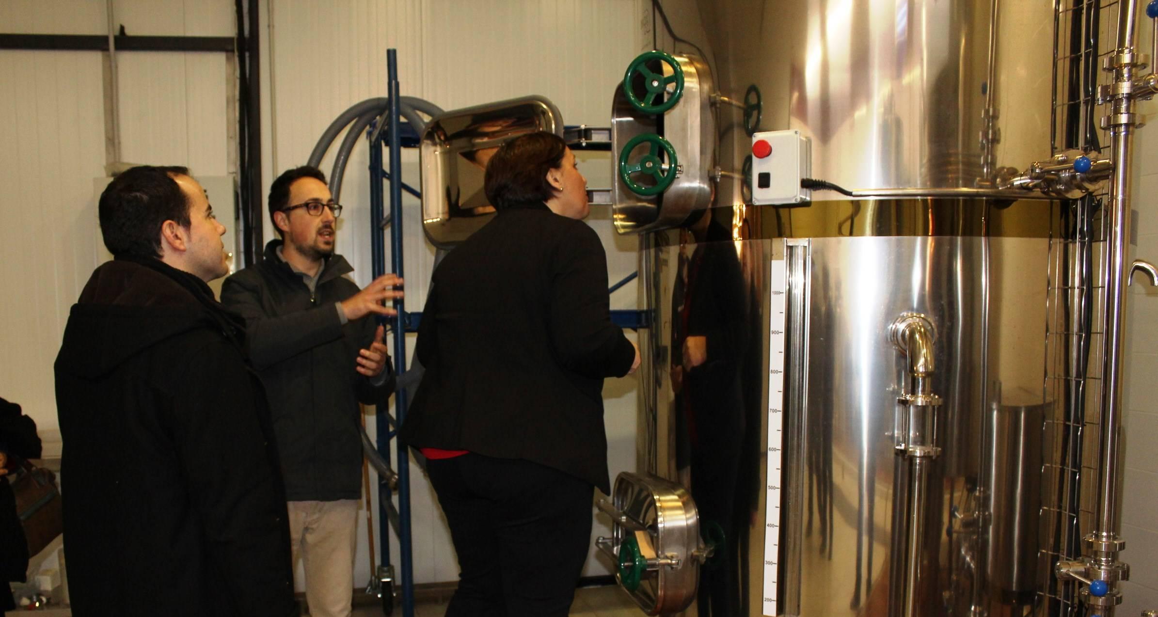 Carmen Olmedo visita cerveza La Maldita 3 - Olmedo visita La Maldita y hace balance del empleo regional